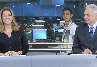 Rapaz vaza no vídeo atrás dos apresentadores do Jornal da Globo - Reprodução