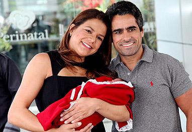 Nivea Stelmann deixa a maternidade com a filha Bruna - Claudio Andrade/Foto Rio News