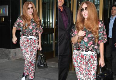 Lady Gaga usa look todo florido para ir ao restaurante de sua mãe - Grosby Group
