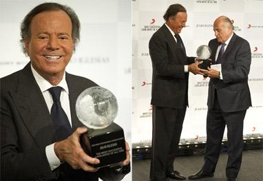 Julio Iglesias recebe prêmio de Melhor Artista Latino de Todos os Tempos - Grosby group
