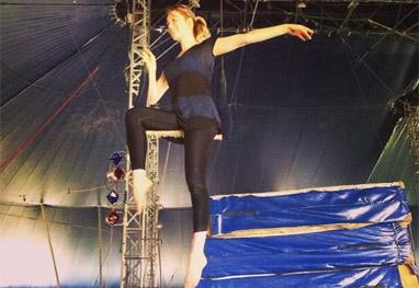 Mariana Ximenes esbanja equilíbrio em aula de circo - Reprodução