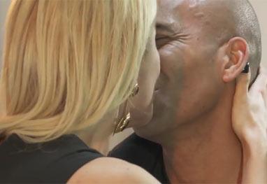 Antonia Fontenelle se declara e beija Emerson Sheik ao final de entrevista - Reprodução