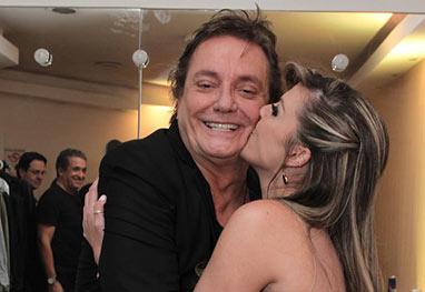 No camarim, Fábio Jr. recebe carinho da namorada e esbanja simpatia com os amigos - Cláudio Augusto/Photo Rio News