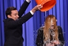 Lindsay Lohan entra na onda do banho gelado no palco do Tonight Show -