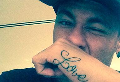 Neymar tatua a palavra amor em inglês e filosofa: 'Tremo todo quando te vejo' - Reprodução/Instagram