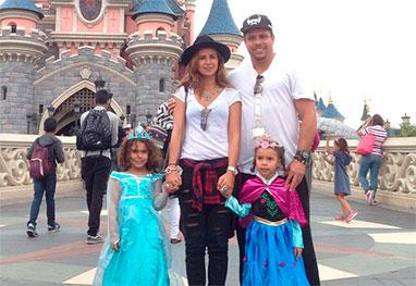 Ronaldo curte a EuroDisney com a família