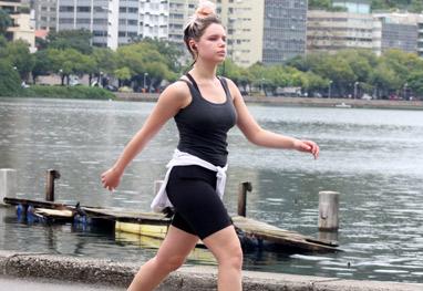 Bruna Linzmeyer se exercita na Lagoa Rodrigo de Freitas