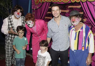 Daniel de Oliveira leva os filhos ao circo
