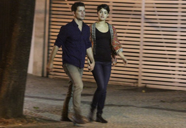 Sophie Charlotte e Daniel de Oliveira caminham de mãos dadas pelo Leblon