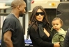 Kim Kardashian e Kanye West embarcam com North West em Los Angeles -