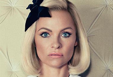 Pamela Anderson mostra seu lado angelical em capa de revista americana