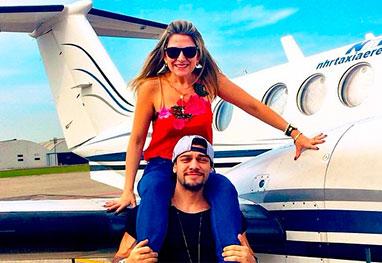 Mãe do cantor Lucas Lucco acompanha o filho durante semana de viagens