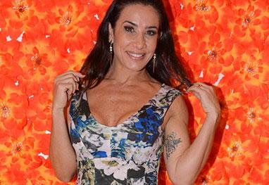 Scheila Carvalho esbanja charme em visita a loja no Bom Retiro