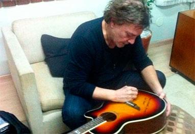 Fabio Jr. autografa e doa violão para bazar