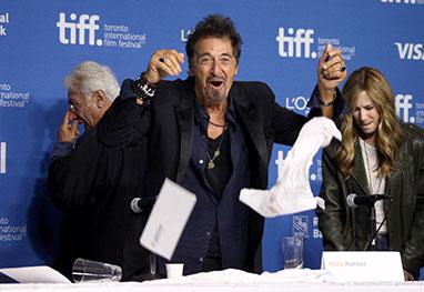 Emocionado, Al Pacino derruba alguns copos de água durante lançamento de filme. Assista! - Getty Images