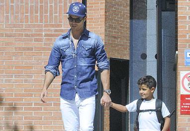 Pai devotado, Cristiano Ronaldo pega o filho na escola - Grosby Group