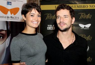 Sophie Charlotte e Daniel de Oliveira assistem pré-estreia de filme sobre Joãosinho Trinta