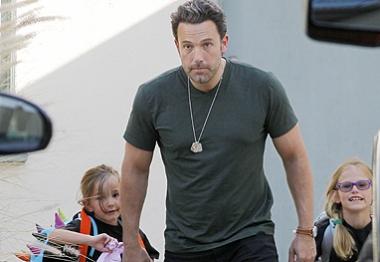 Ben Affleck aproveita tempo livre para passear com as filhas