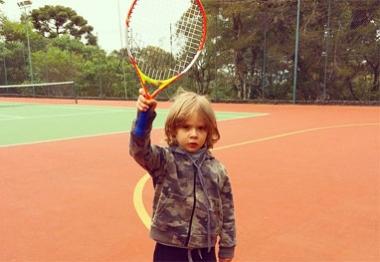 Adriane Galisteu mostra o filho todo animado com aula de tênis