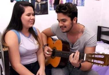 Luan Santana canta para fã ao fazer surpresa durante programa