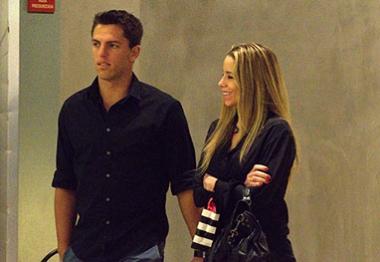 Estilosa, Danielle Winits passeia com o namorado por shopping carioca