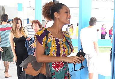 Com barriguinha aparente, Taís Araújo conversa na fila do colégio eleitoral - Ag.News