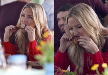 Kate Hudson come frango com a mão em gravação na Inglaterra