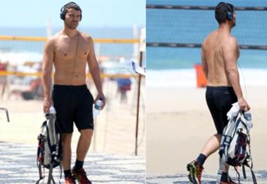 Ai, ai ai! Carlo Dalla Vecchia caminha sem camisa na orla de Ipanema