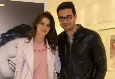 Isabeli Fontana e Sérgio Marone visitam exposição dedicada ao Outubro Rosa