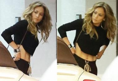 Jennifer Lopez sai pra jantar com os filhos e mostra barriga definida