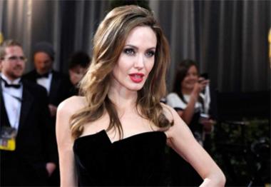 Angelina Jolie carrega escritório na mala