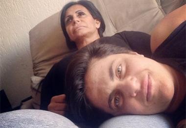 Thammy Miranda curte colinho da mamãe Gretchen