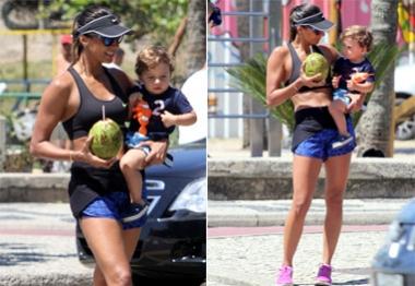 Mamãe Gata! Flavia Sampaio exibe boa forma em passeio com o filho no Leblon