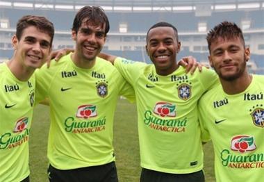 Time de estrelas! Oscar, Kaká, Robinho e Neymar posam juntos