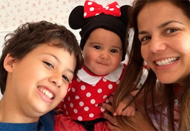Nívea Stelmann se diverte com a filha vestida de Minnie