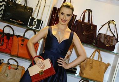 Nanda Keulla confere stand de bolsas na ExpoMinas, em BH