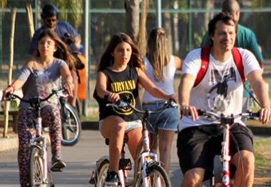 Em família! Heitor Martinez anda de bicicleta com as filhas