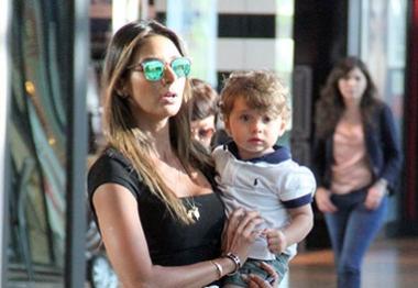 Flavia Sampaio brinca com o filho na Barra da Tijuca