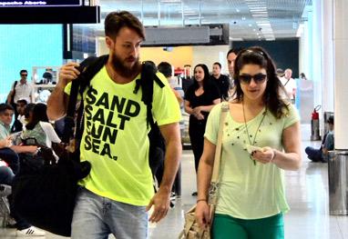 Priscila Fantin embarca com o marido em aeroporto do Rio - Ag News