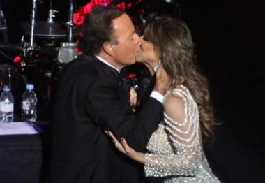 Assista ao vídeo do beijo de Júlio Iglesias em Vina Calmon
