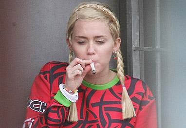 Miley Cyrus é pega no flagra ao fumar seu cigarrinho em Sydney - Grosby Group