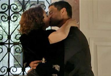 Império: Marta e Maurílio se agarram no banheiro durante a festa de Maria Clara
