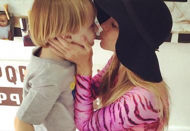 Danielle Winits enche o caçula de beijos e carinho
