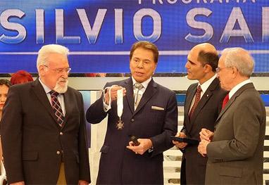 Silvio Santos recebe título de Comendador pela Casa de Portugal - Reprodução/Facebook