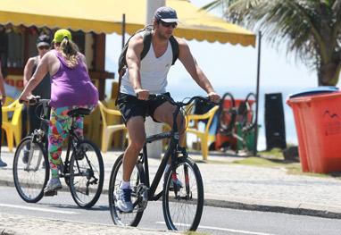 Vladimir Brichta passeia de bicicleta pela orla do Rio - Ag News