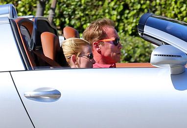 Arnold Schwarzenegger passeia com namorada em carrão de US$ 2,2 milhões - Grosby Group