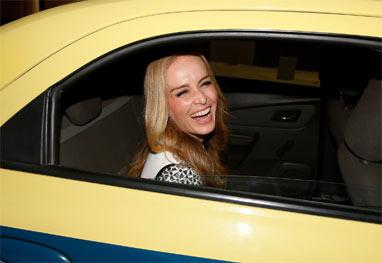 Angélica 'vai de táxi' à festa de reestreia do programa Globo de Ouro - AgNews