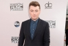 Concorrendo em duas categorias, Sam Smith circula pelo red carpet do AMA 2014