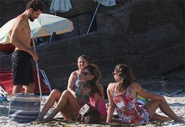 Cauã Reymond e Grazi Massafera aproveitam o dia na praia, juntos, com a filha - AgNews
