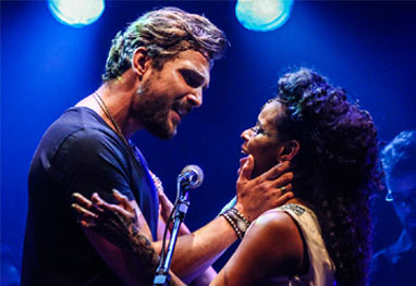 Igor Rickli beija a esposa Aline Wirley durante show - Manuela Scarpa/Photo Rio News
